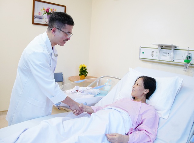 PGS.TS.BS Lê Hoàng thăm hỏi sản phụ Trương Thị Hải Hằng (53 tuổi) sau cuộc vượt cạn đón cặp song sinh một trai một gái nhờ phương pháp thụ tinh nhân tạo ở Trung tâm hỗ trợ sinh sản BVĐK Tâm Anh, Hà Nội (IVFTA).