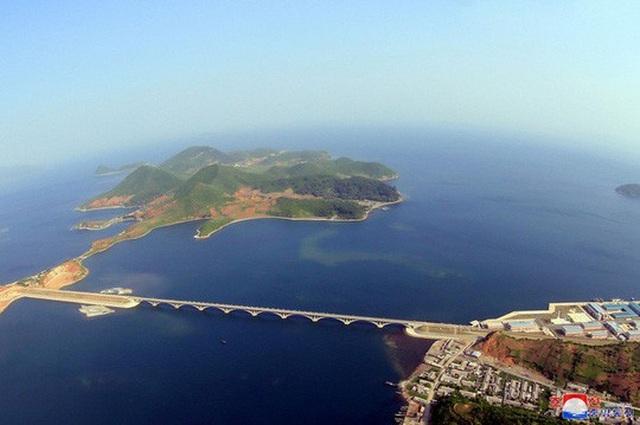 Ảnh chụp trên cao cầu đường sắt bắc ngang vịnh Sokjon, một phần trong dự án đường sắt Koam-Tapchon đã hoàn tất của Triều Tiên. Ảnh: Reuters