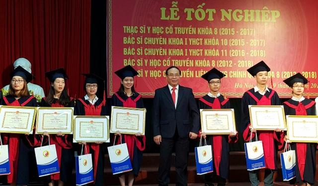 PGS.TS Dậu Xuân Cảnh (ở giữa) trao bằng khen, bằng tốt nghiệp cho 7 sinh viên có thành tích cao nhất toàn khóa.