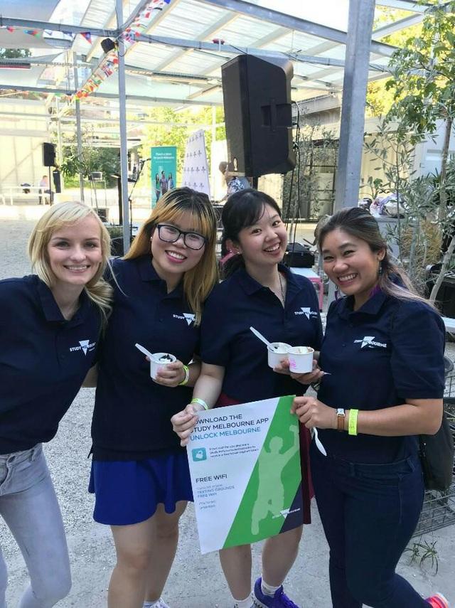 Những Đại sứ sinh viên của Study Melbourne tại Welcome Party 2018 – Olena Nguyen (đứng thứ 2 từ bên trái sang)