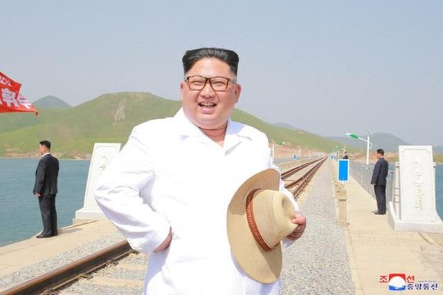 Ông Kim Jong-un tươi cười sau chuyến thị sát tuyến đường sắt Koam-Tapchon. Ảnh: Reuters