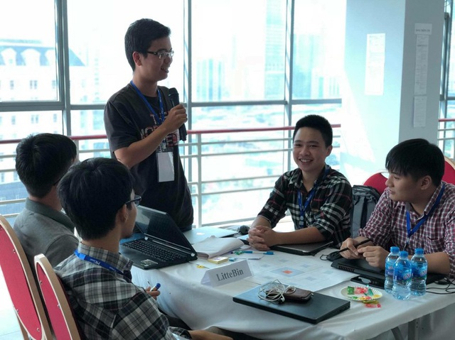 Nhóm 5 sinh viên FPT Edu đã giành giải Quán quân bằng sản phẩm thùng rác thông minh sau 17,5 tiếng lập trình liên tục cùng các đối thủ mạnh của giải Hackathon Việt Nam 2018.