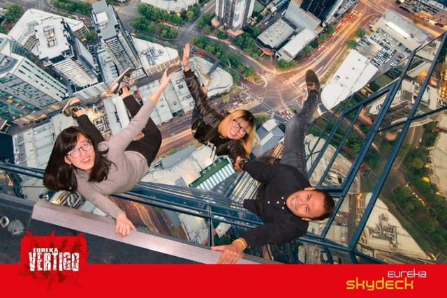 Olena Nguyen và hai người bạn - Hoạt động vui chơi mạo hiểm tại Eureka Skydeck – Melbourne