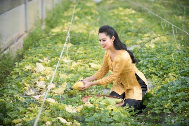 Cô hầu đồng xinh đẹp giờ an yên giữa thiên nhiên và cuộc sống gia đình hạnh phúc