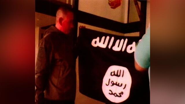 Cựu quân nhân Mỹ Ikaika Erik Kang thề trung thành trước cờ IS (Ảnh: Reuters)