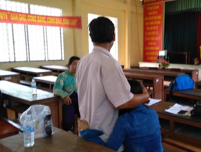 Ông Nguyễn Văn K. nghẹn ngào ôm con gái vào lòng.