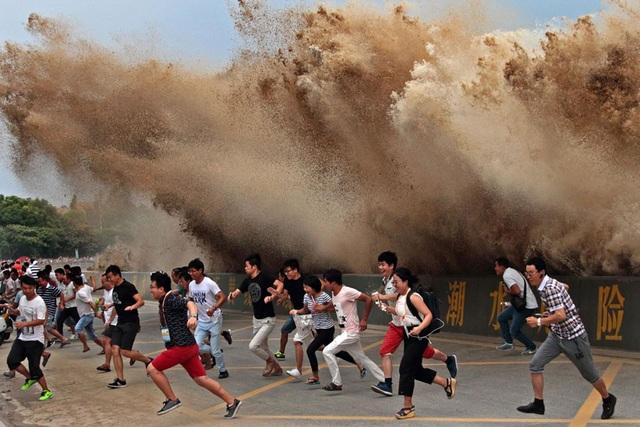 Du khách bỏ chạy toán loạn khi sóng thủy quái ập vào bờ