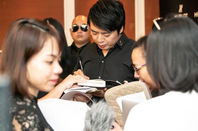 Lang Lang chia sẻ chữ ký với người hâm mộ Việt Nam