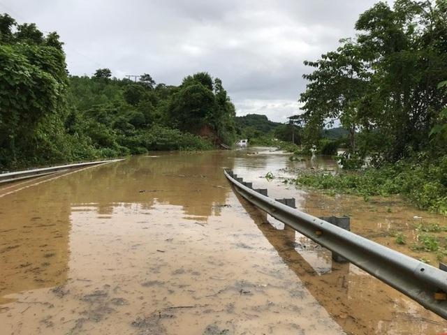Đoạn đường 7 qua xã Tam Quang, huyện Tương Dương bị ngập nước nên phương tiện và người không thể qua lại.