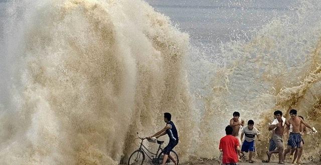 Sóng sông càng mạnh, càng thu hút nhiều người xem hiếu kỳ