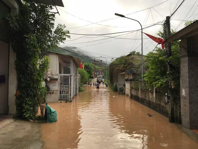 Di dời khẩn cấp 200 hộ dân, nhiều xã bị cô lập chưa thể tiếp cận - 3
