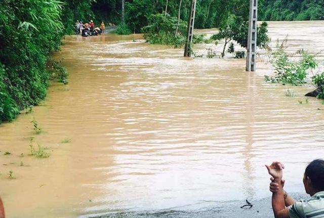 Di dời khẩn cấp 200 hộ dân, nhiều xã bị cô lập chưa thể tiếp cận - 4