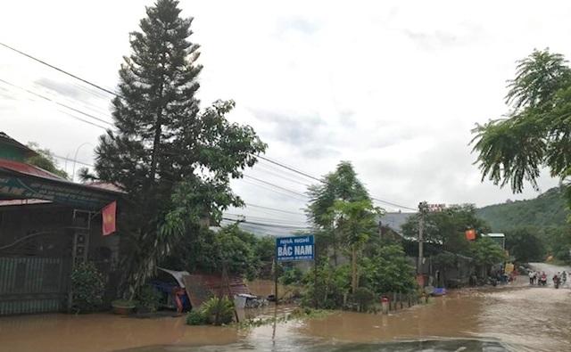 Quốc lộ 7 đoạn qua thị trấn Hòa Bình ngập và gây chia cắt.