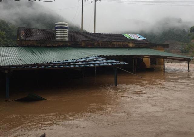 Trạm y tế xã Thanh Xuân, huyện Quan Hóa đã bị nước lũ nhấn chìm