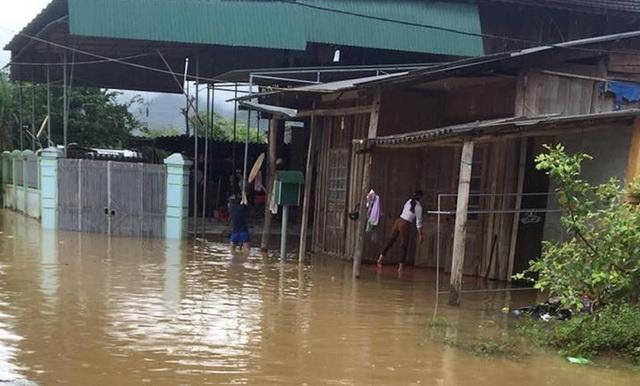 Nước bao phủ thị trấn Hòa Bình, huyện Tương Dương.