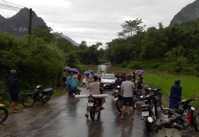 Mưa lũ khiến nhiều tuyến đường bị ngập lụt, chia cắt giao thông