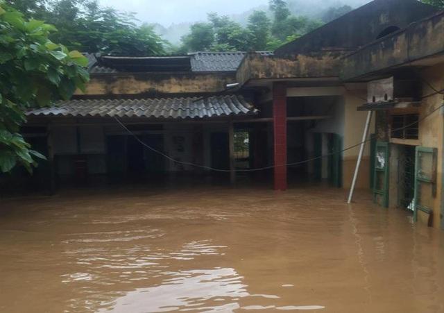 Hàng trăm hộ dân tại huyện Quan Hóa đã bị nước ngập vào nhà