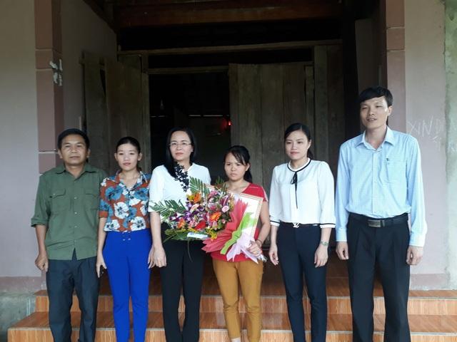 Lãnh đạo Hội LHPN tỉnh trao tặng Bằng khen cho chị Mai (Ảnh: Thúy Hằng)