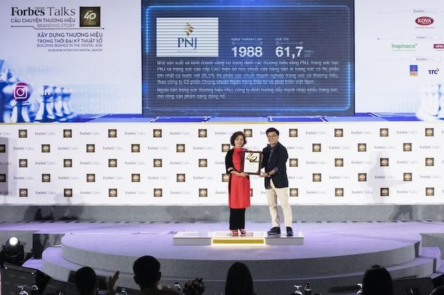 Bà Phạm Thị Mỹ Hạnh, Thành viên HĐQT PNJ, đại diện doanh nghiệp nhận giải Top 40 Thương hiệu giá trị nhất Việt Nam 2018