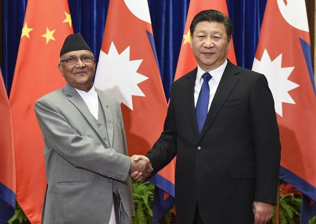 Thủ tướng Nepal Sharma Oli (trái) và Chủ tịch Trung Quốc Tập Cận Bình (Ảnh: AFP)