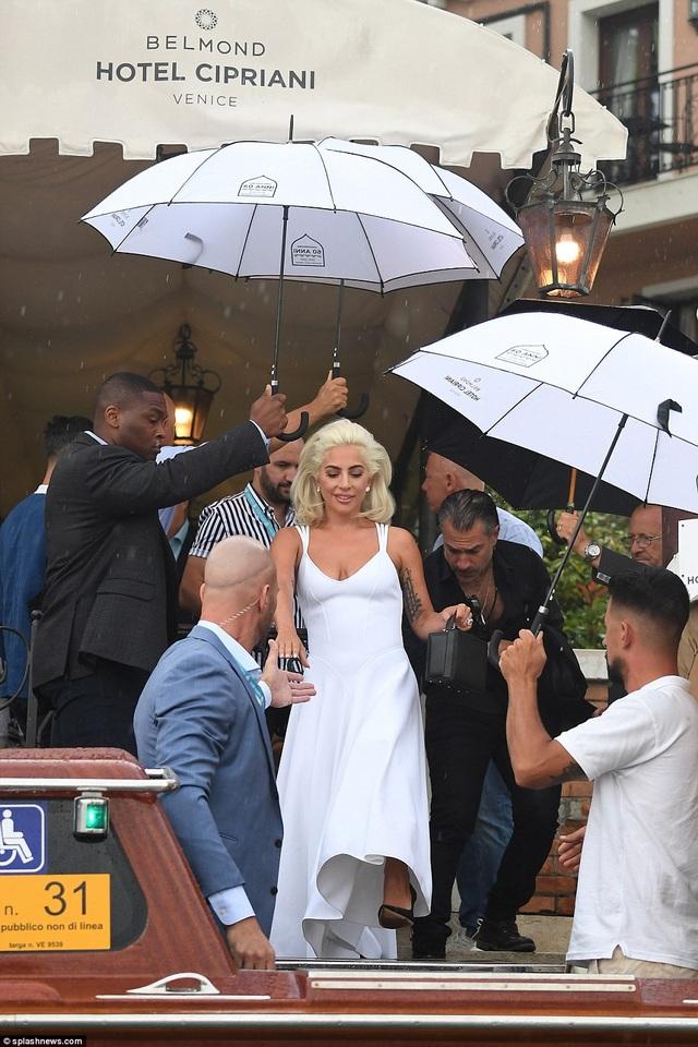 """Nói về vai ca sỹ Ally trong phim A Star Is Born, Lady Gaga cho biết: Điều khác biệt của nhân vật Ally so với tôi là khi tôi muốn trở thành ca sĩ, tôi đã làm tất cả mọi việc một cách cụ thể để đạt mục đích. Tôi mang theo piano của tôi từ quán bar này tới quán bar để chơi nhạc. Tôi đã gọi cho tất cả mọi người, giả làm người quản lý của riêng tôi để có được hợp đồng biểu diễn. Tôi thực sự tin tưởng vào bản thân mình rằng tôi có thể làm điều này và tôi sẽ không dừng lại cho đến khi tôi thực hiện nó. ... Còn sự thật là khi chúng ta gặp Ally, cô ấy đã từ bỏ chính mình. Và điều đó rất khác với tôi. Nếu tôi không ngồi ở đây hôm nay và tôi không bán được nhiều đĩa hát thì tôi vẫn đang ở trong một quán bar nào đó chơi piano và hát. Đó là bởi tôi luôn muốn như vậy. """""""