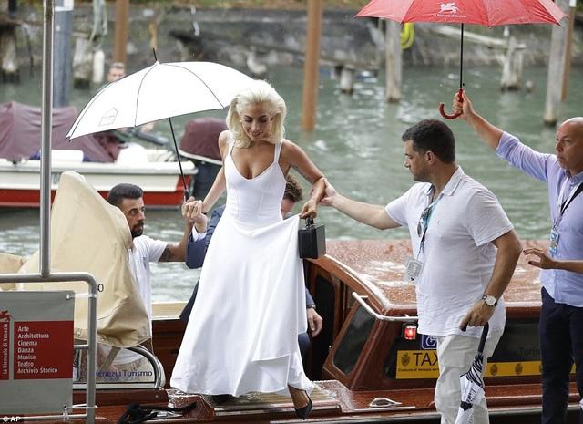 Bradley Cooper đã dành nhiều lời khen cho nữ ca sỹ giành nhiều giải Grammy này, anh nói: Lady Gaga học rất nhanh, chỉ từ ngày đầu tiên đến ngày thứ hai đã tiến bộ. Mọi người đều biết rằng cô ấy là một ca sỹ tài năng nhưng bây giờ cô ấy còn là diễn viên. Nếu điện ảnh là điều mà Lady Gaga muốn theo đuổi, tôi sẽ may mắn khi trở thành một phần trong câu chuyện của cô ấy.