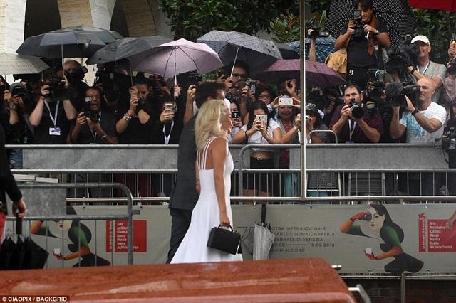 Lady Gaga được phóng viên săn đón tại LHP Venice