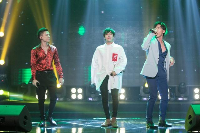 Ở tiết mục mở đầu chương trình các chàng trai Hoàng Tôn, Erik và Lou Hoàng đã thể hiện tinh thần trẻ tung và đầy năng lượng với liên khúc mưa.