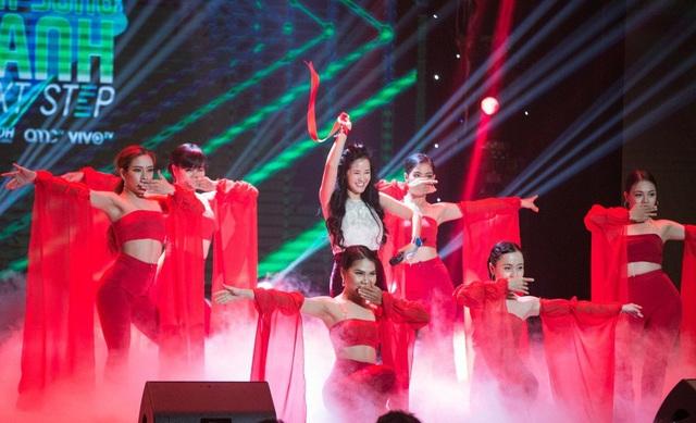 """Nổi bật hơn cả là sự xuất hiện của ca sĩ Hồng Nhung với hai hình ảnh hoàn toàn khác nhau. Trong ca khúc """"Bùa yêu"""" được hòa âm phối khí mới, diva Hồng Nhung làm cả khán phòng phải kinh ngạc vì sự duyên dáng và tươi trẻ khi thể hiện vượt trội một dòng nhạc không thuộc sở trường và các động tác vũ đạo thì không hề kém cạnh vũ đoàn MTE."""
