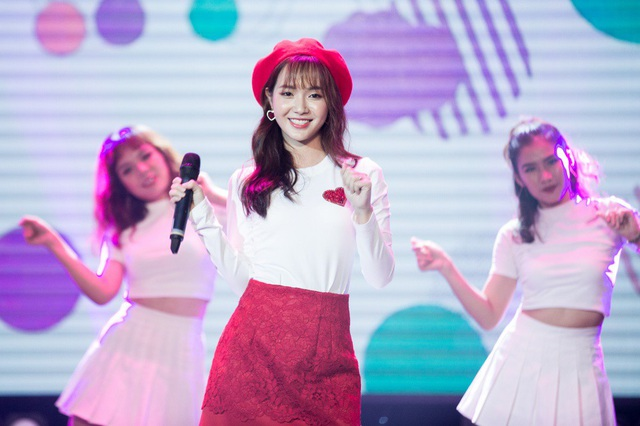 """Thú vị hơn, sau khi nhận được yêu cầu đột xuất từ khán giả, Jang Mi không ngần ngại tặng thêm phần live """"ngọt như mía lùi"""" bài hát gắn liền với tên tuổi của mình là """"Duyên phận""""."""