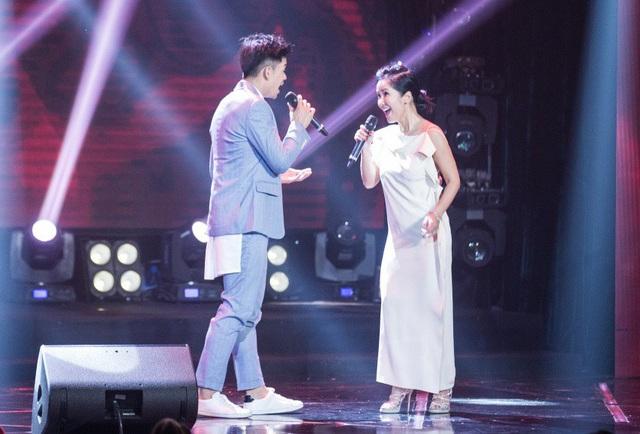 """Cũng trong chương trình, Hồng Nhung còn gây bất ngờ khi có sự kết hợp ngọt ngào và ăn ý cùng ca sĩ Trọng Hiếu với tình khúc """"Em và tôi""""."""
