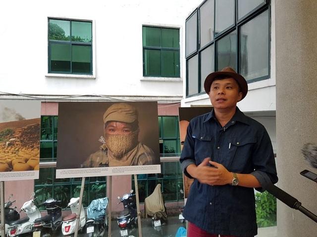 Phóng viên ảnh Lê Bích chia sẻ tại buổi khai mạc triển lãm chiều ngày 30/8 tại Bảo tàng Phụ nữ Việt Nam. (Ảnh: Nguyễn Hằng)