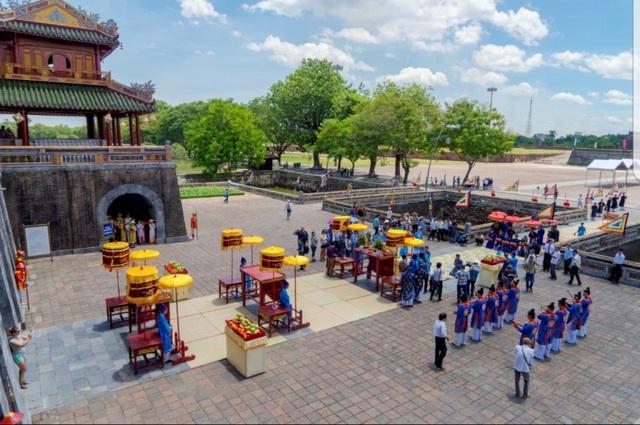Lễ cung tiến bưởi thanh trà vào Hoàng cung Huế