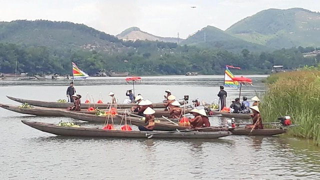 Các thuyền chở phẩm vật tiến cung