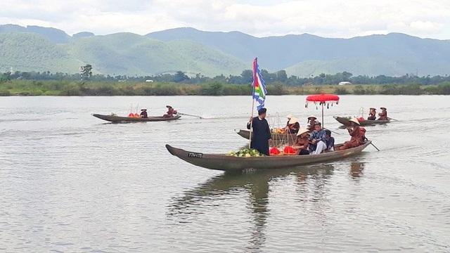 Đi giữa sông Hương