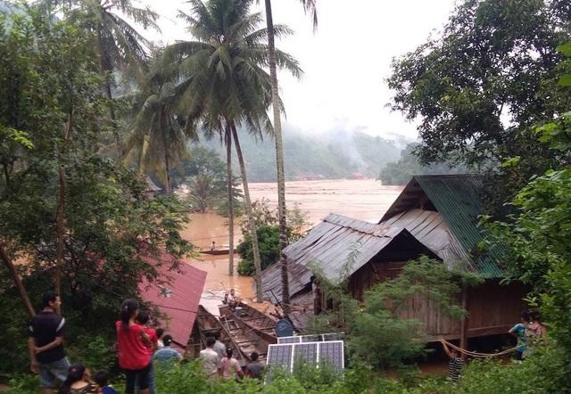 Người dân bỏ nhà chạy lên khu vực cao tránh lũ.