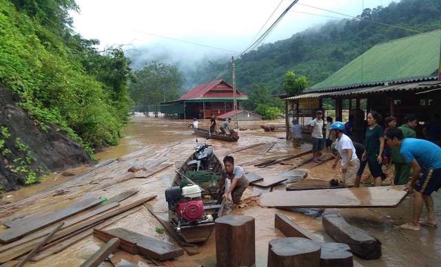 Nước ngập ngang nóc nhà, dân nháo nhác di tản - 7