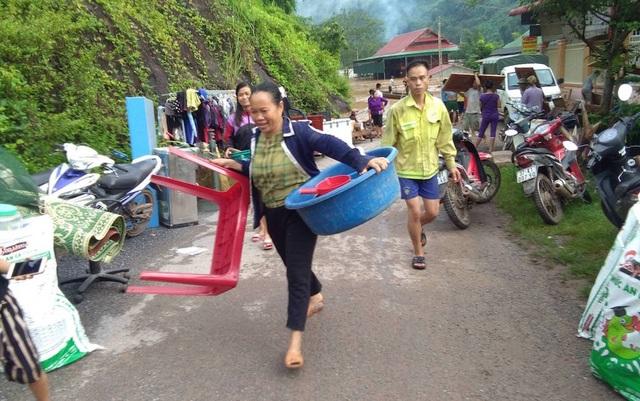 Nước ngập ngang nóc nhà, dân nháo nhác di tản - 11