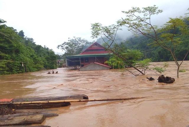 Nước ngập ngang nóc nhà, dân nháo nhác di tản - 8