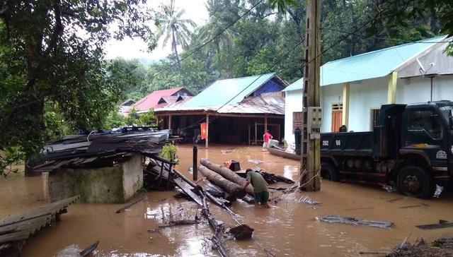 Nước ngập ngang nóc nhà, dân nháo nhác di tản - 9