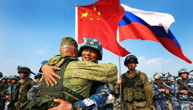 Các binh sĩ Nga và Trung Quốc tham gia cuộc tập trận chung (Ảnh: Medium)