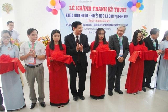 Ông Nguyễn Dung, Phó Chủ tịch UBND tỉnh Thừa Thiên Huế (thứ 4 từ trái qua) cùng các đại biểu cắt băng khánh thành