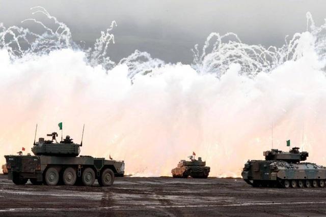 Xe tăng Nhật Bản tham gia cuộc diễn tập tại thao trường ở Gotemba (Ảnh: Reuters)