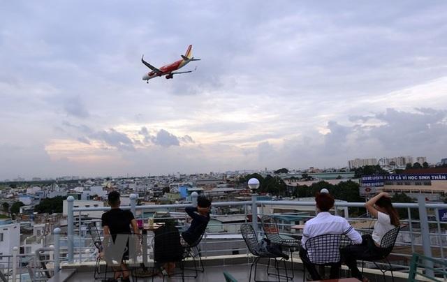 Uống càphê ngắm máy bay - thú vui độc đáo tại TP Hồ Chí Minh - 1