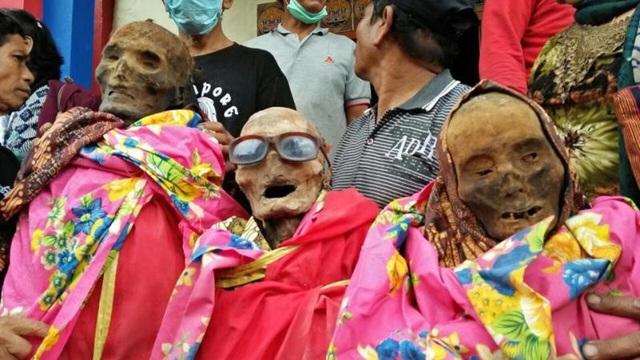 Hình ảnh xác chết mặc quần áo mới trên đường phố Indonesia có thể khiến nhiều người hoảng sợ.