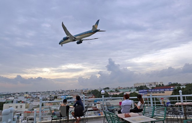 Uống càphê ngắm máy bay - thú vui độc đáo tại TP Hồ Chí Minh - 3