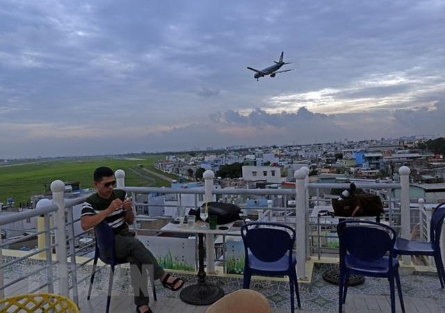Uống càphê ngắm máy bay - thú vui độc đáo tại TP Hồ Chí Minh - 4