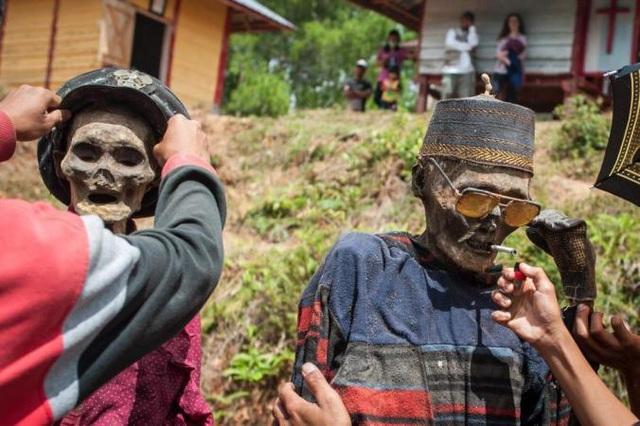 Những zombie được cho đội mũ, hút thuốc, đeo kính