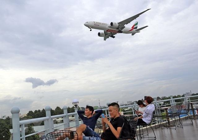 Uống càphê ngắm máy bay - thú vui độc đáo tại TP Hồ Chí Minh - 6