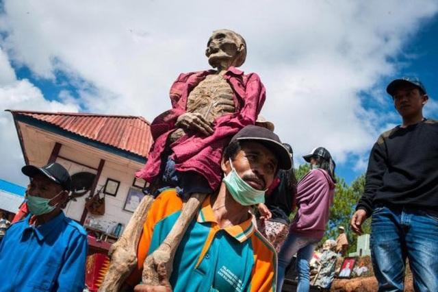Những cái xác được đem diễu hành khắp nơi trên đường phố